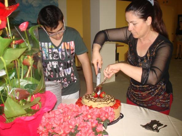 mentre taglio la prima torta fatta da mio figlio