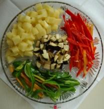 patate\peperoni rossi&verdi\melanzane, verdure di stagione per il mio piatto di - Pollo casareccio con verdure di stagione.