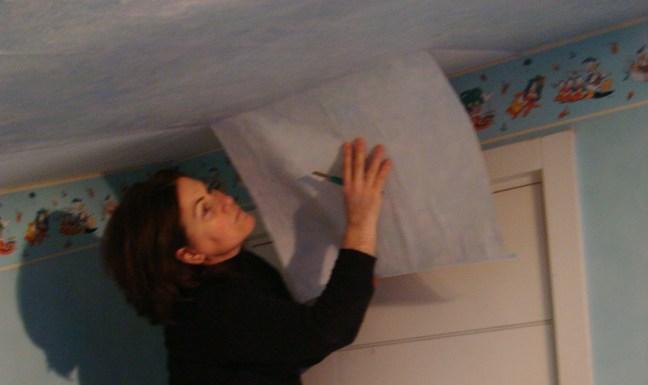 rimuovendo la carta nella cameretta dei miei ragazzi