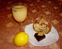 Torta con succo di pompelmo con gherigli di noce e cioccolato fondente
