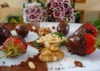 Fragole (bio) al cioccolato fondente, pistacchi e gherigli di noci