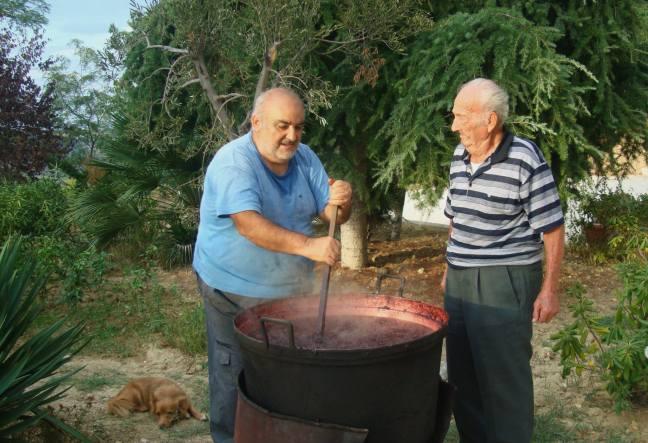 Zio Camillo e Marco mentre facciamo il vino cotto