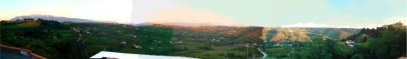 Dalla sinistra cominciando con la Maiella madre , continuando con la catena montuosa ad arrivare fino a Gran Sasso per poi finire con il paese di Villamagna alla mia destra. Tutto quello che vedo dal terrazzo della nostra casa.