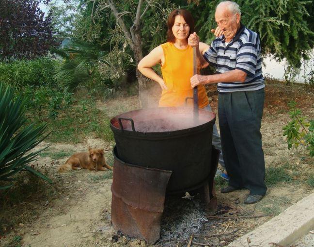 Zio Camillo ed io mentre facciamo il vino cotto